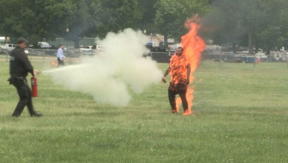 Un hombre se prende fuego junto a la Casa Blanca