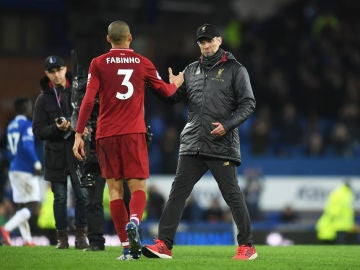 Klopp felicita a Fabinho tras un partido con el Liverpool