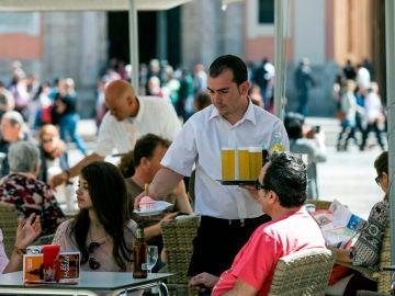 Un camarero sirviendo en una terraza