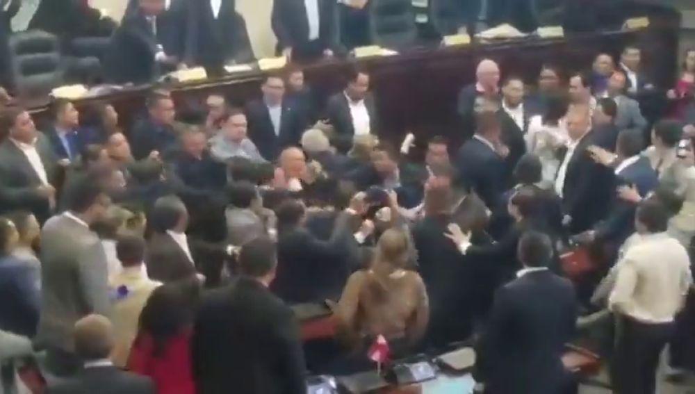 Impresionante pelea en el Parlamento de Honduras: utilizan cinturones y extintores como arma