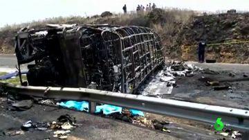 Al menos 21 personas han muerto en el vuelco y posterior incendio de un autobús en México