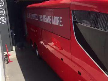 Surrealistas imágenes en el Wanda Metropolitano: ¡el bus del Liverpool se queda atascado!
