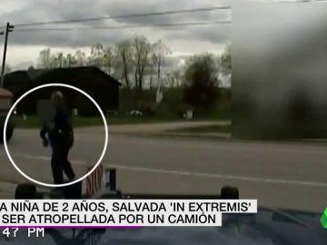 Una niña de dos años, salvada 'in extremis' de ser atropellada por un camión