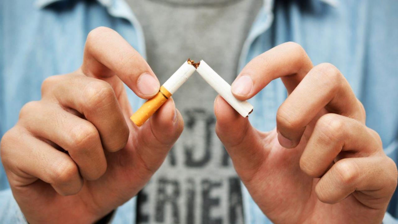 Imagen de archivo de un joven rompiendo un cigarro.