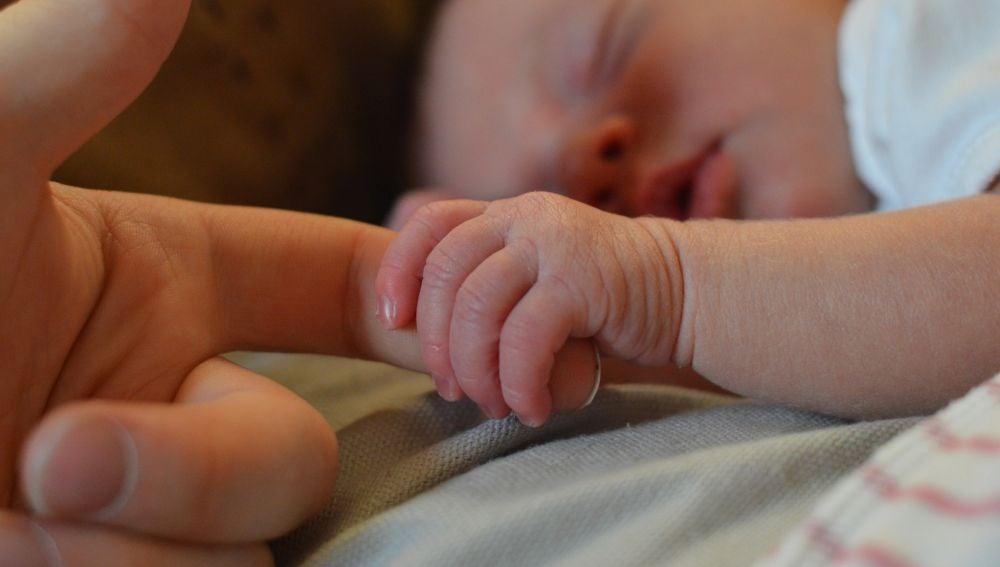 Un bebé con su madre