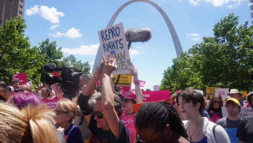 Varias personas protestan por los derechos de aborto este jueves, en San Luis, Misuri