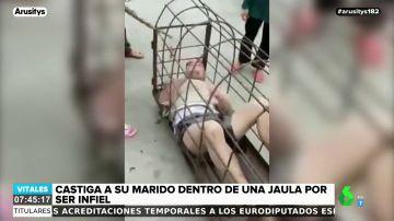 Descubre la infidelidad de su marido y le encierra en una jaula en mitad de la calle