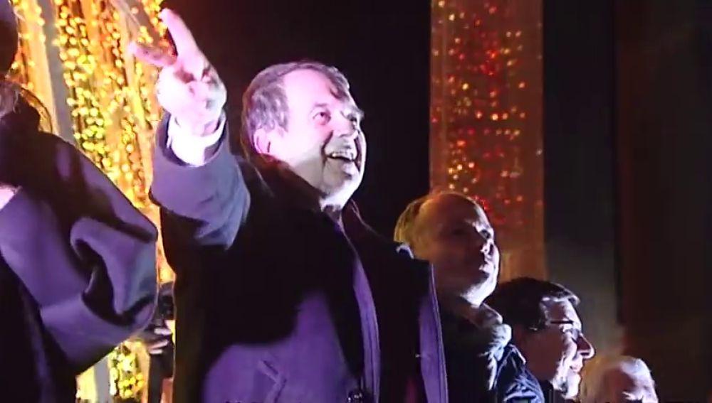 Abel Caballero con las luces de Vigo de fondo