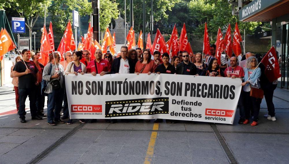 Las empresas de reparto de comida, en jaque: comienza el mayor juicio colectivo celebrado en España contra Deliveroo