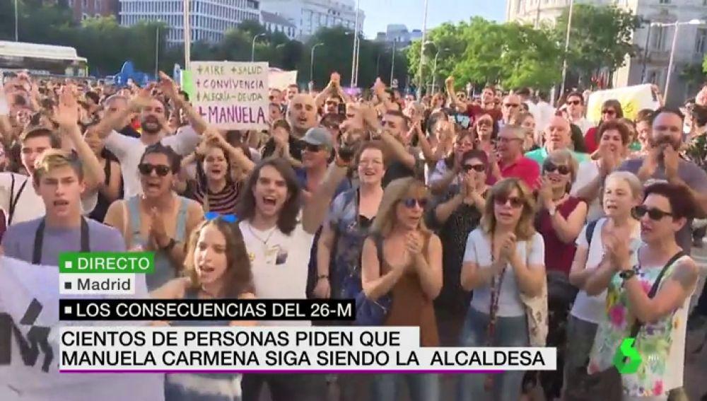Cientos de personas se concentran en Madrid para pedir que Carmena siga siendo alcaldesa