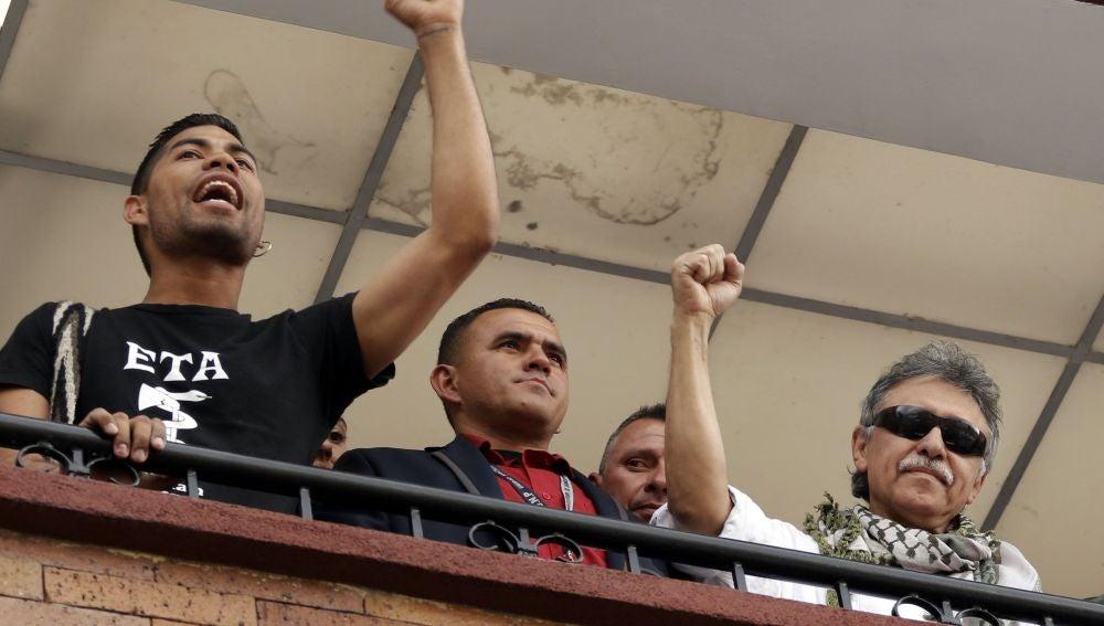 El jefe de las FARC pide perdón a España porque uno de sus acompañantes mostrase una camiseta con el símbolo de ETA