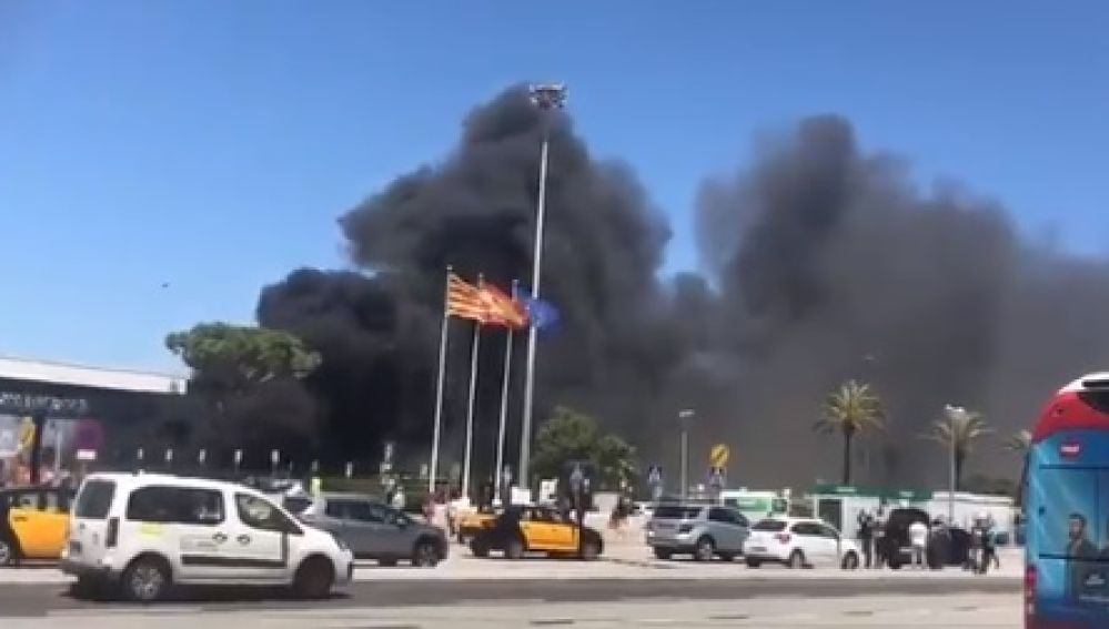 Un incendio en el aparcamiento del Aeropuerto de Barcelona-El Prat causa daños en más de 38 vehículos