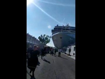 Un crucero chocando contra un barco turístico en Venecia