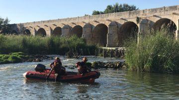 Bomberos trabajando en el rescate de un hombre ahogado en el río Jarama,