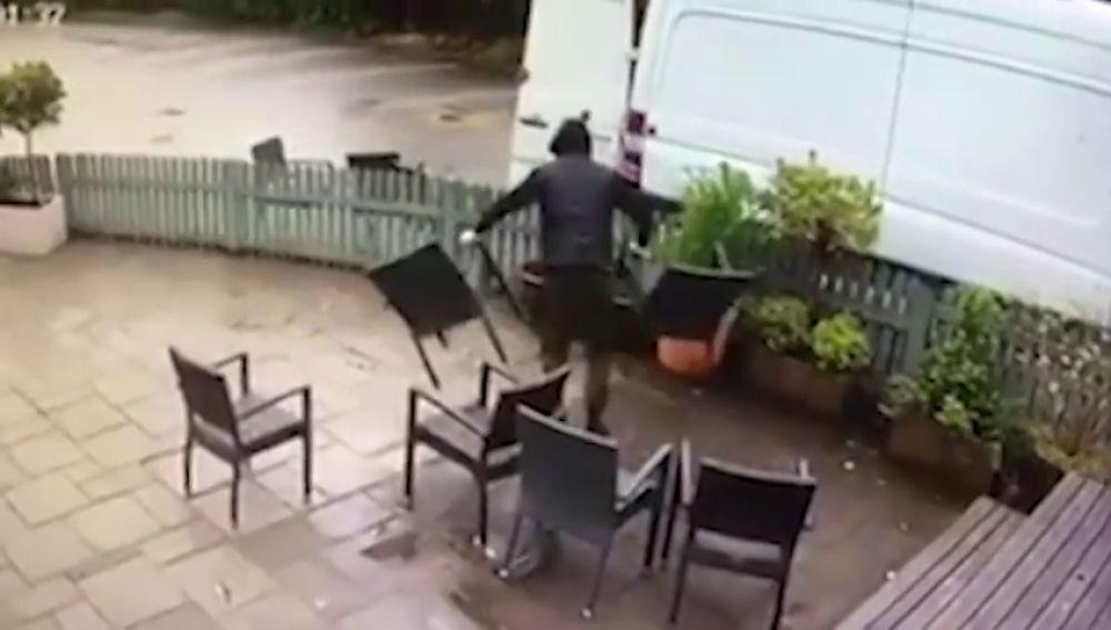 Saquean al completo la terraza de un bar en menos de dos minutos