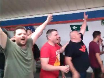 La euforia de los hinchas del Liverpool inunda el Metro de Madrid