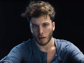 Blas Cantó en el videoclip de 'Hang Ups' con Scott Helman