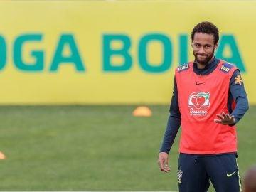 Neymar en un entrenamiento con Brasil