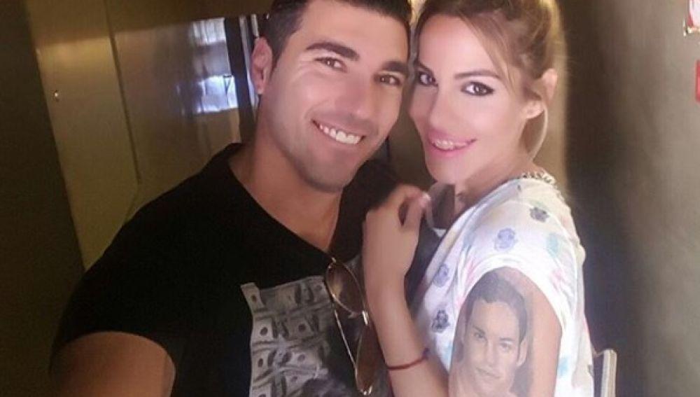 José Antonio Reyes junto a su mujer, Noelia López, que luce la cara de su hermano tatuada en el brazo.