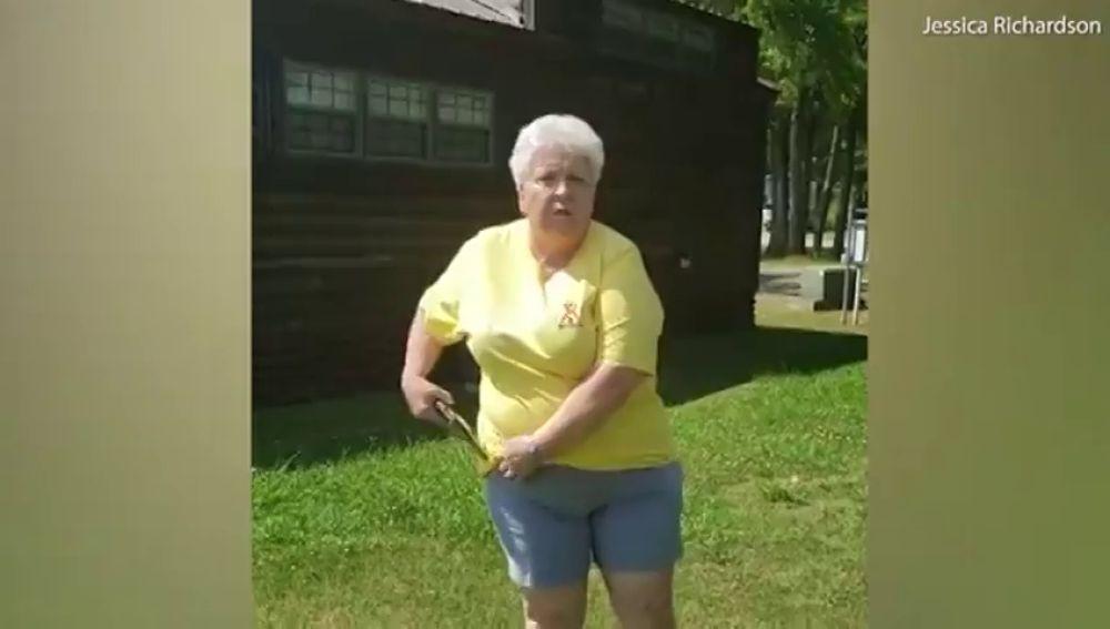 """Una mujer amenaza con una pistola a una pareja de afroamericanos por """"no reservar"""" para pasar el día en un lago"""