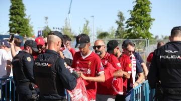 Aficionados del Liverpool, en un control previo para acceder al Wanda Metropolitano