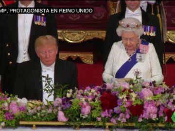 Trump se duerme durante el discurso de la reina Isabel y se salta el protocolo