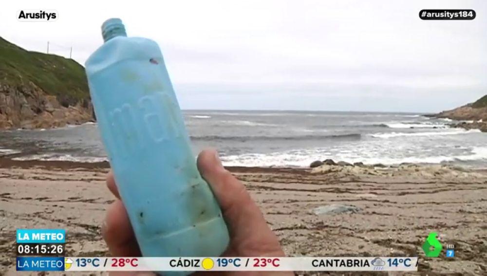 Cuando la naturaleza refleja el drama medioambiental: el mar devuelve a una playa de A Coruña una botella de lejía de hace 46 años
