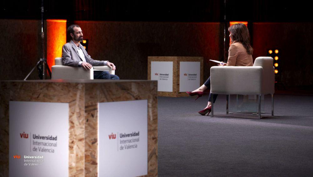 Alfonso Delgado charla con Helena Resano