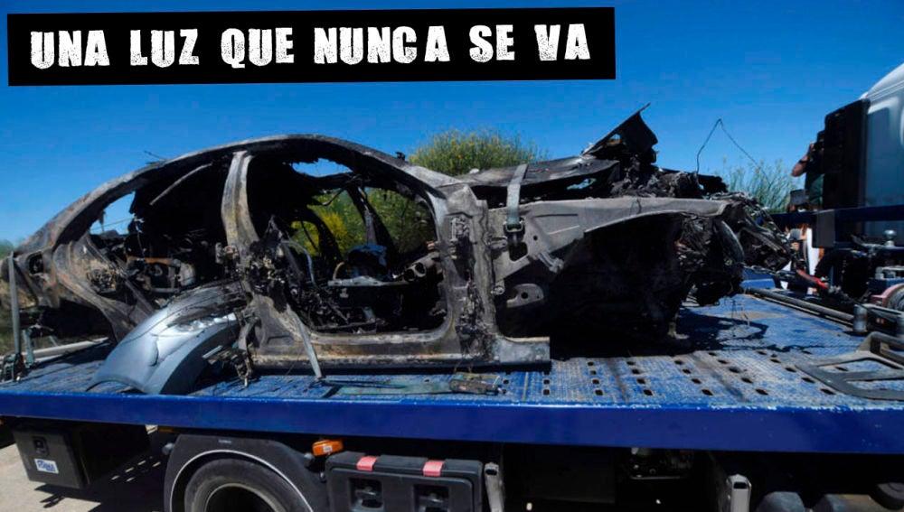 El vehículo de Reyes calcinado tras el accidente mortal.