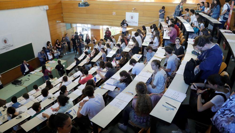 Alumnos haciendo el examen de Selectividad en Madrid
