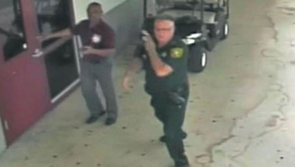 Scot Peterson a las puertas del centro de Parkland el día de la matanza