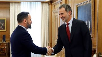 El rey Felipe VI saluda al diputado y presidente de Vox Santiago Abascal
