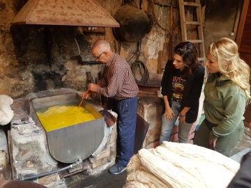 Lydia Valentín visita una fábrica de telas mallorquinas