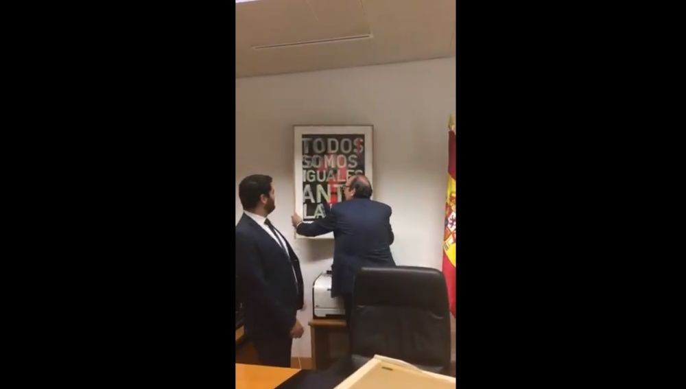 Vox retira un cuadro en la Asamblea de Madrid