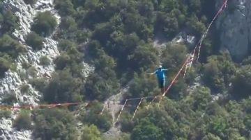 Un 'slackliner' desafía a las alturas y cruza los alpes a 300 metros de altura