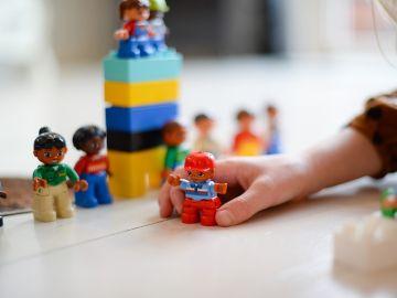 Imagen de una niña jugando