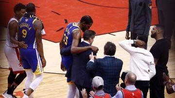 Kevin Durant se retira lesionado de la cancha de los Raptors