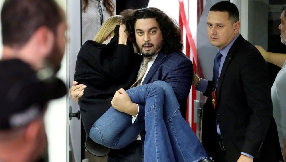 Danilo Garcia de Andrade sacando en brazos a la modelo Najila Trindade