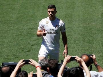 Luka Jovic posa con la camiseta del Real Madrid