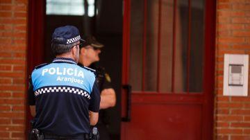 Policías en la vivienda situada en la calle de Victoria Kamhi de Aranjuez donde se produjo el tiroteo