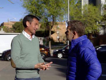 Alberto Chicote habla con un portavoz de una asociación de la Guardia Civil