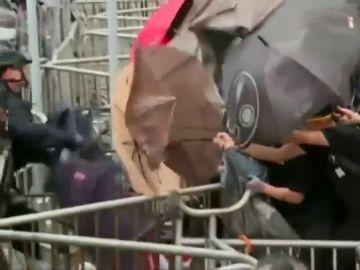 Hong Kong combate a decenas de manifestantes a base de gas pimienta y cañonazos