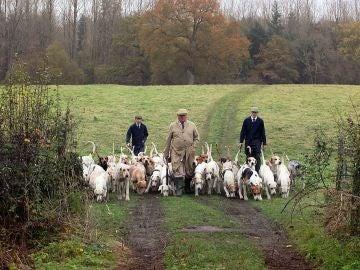 Cazadores con perros de presa