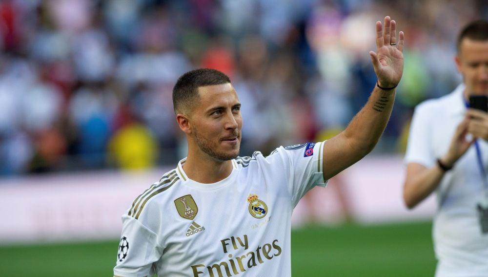 Hazard saluda a los aficionados durante su presentación en el Bernabéu