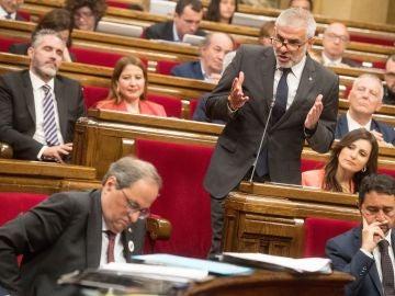 Carlos Carrizosa realizando una pregunta a Quim Torra en el Parlament