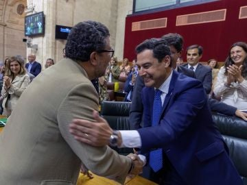 El presidente de la Junta de Andalucía, Juanma Moreno, y el presidente del grupo parlamentario Vox, Francisco Serrano