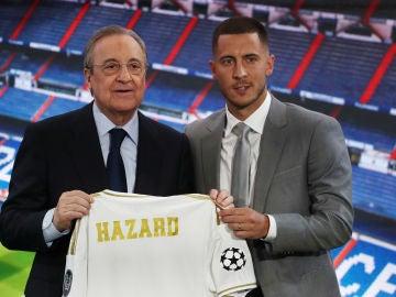 Eden Hazard posa con Florentino Pérez en su presentación