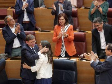 El president de la Generalitat, Ximo Puig, abraza a la vicepresidenta en funciones, Mónica Oltra