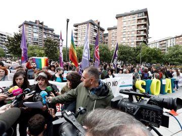 Cientos de personas arropan a los responsables de Skolae en la Audiencia