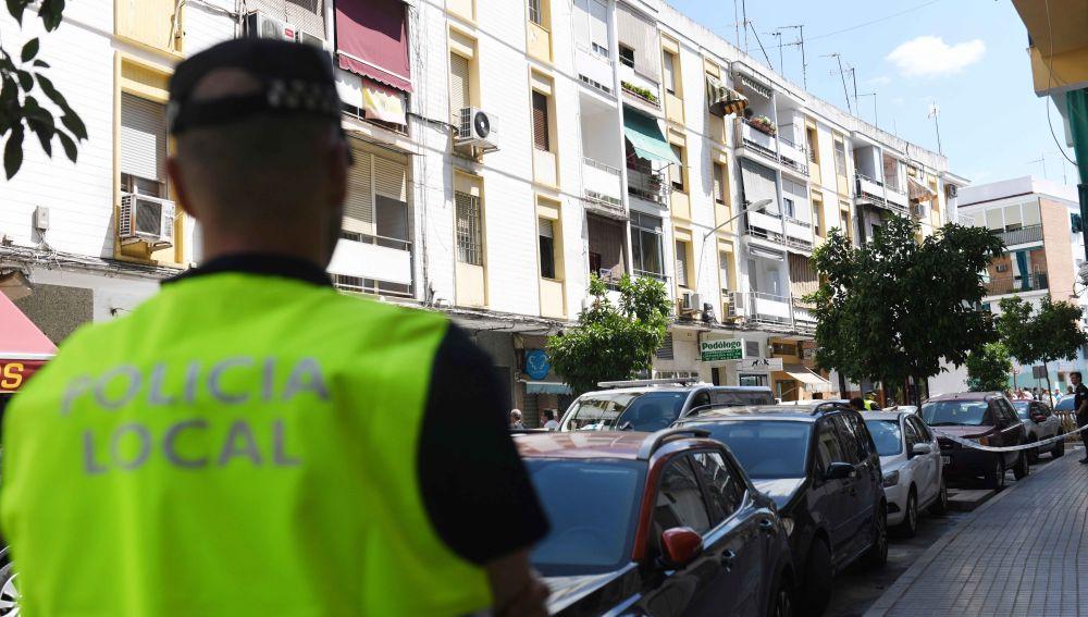 Fachada del bloque de pisos en la calle Espejo Blanca de Córdoba donde han sido hallados los cuerpos sin vida de dos personas, que presentaban heridas por arma blanca.